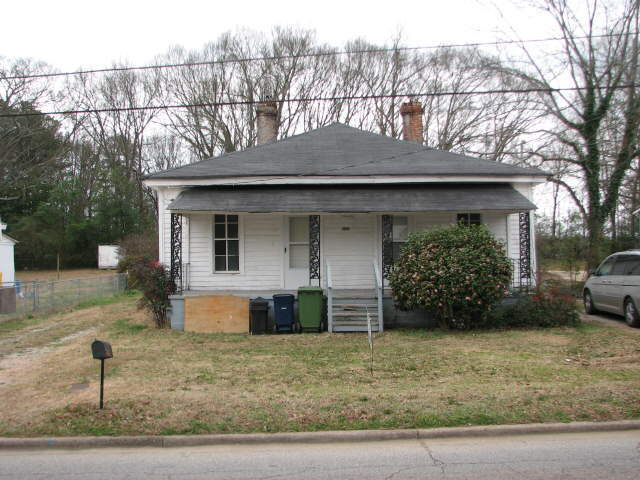 Photo of home for sale at 142 Spalding St, Griffin GA