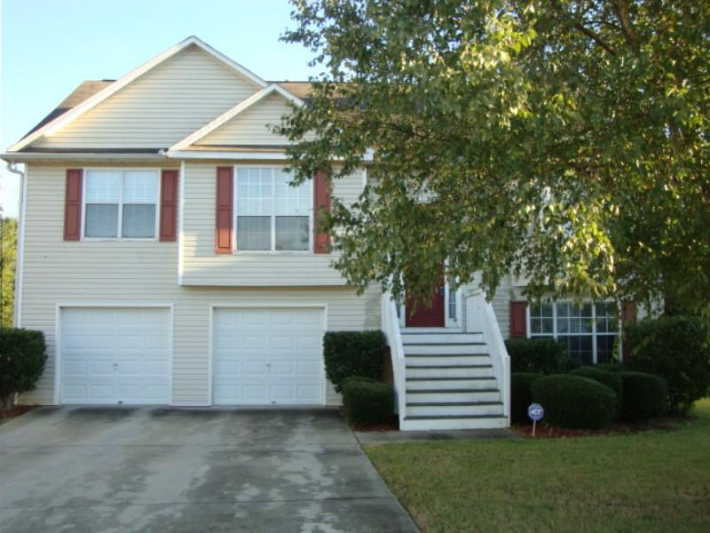 Photo of home for sale at 10657 Barberry Dr, Hampton GA
